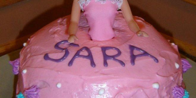 صورة تورتة عيد ميلاد مكتوب عليها سارة , فرح سارة بتورتة عليها اسمها