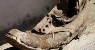 صورة تفسير حلم الحذاء القديم , ارتداء الحذاء القديم فى الرؤى و المنام